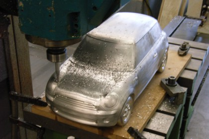Fräsen eines Modells im Maßstab aus Aluminium